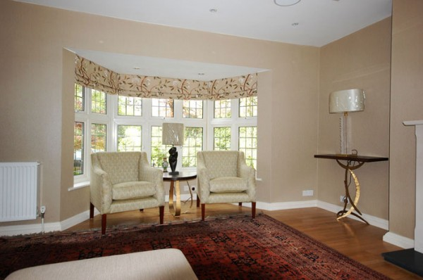 Bay-window-roman-blinds,-seating,-furniture-and-lighting